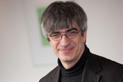 Metin Tolan, 1965 geboren, ist Professor für Experimentelle Physik und Prorektor für das Studium an der Technischen Universität Dortmund. Seit Jahren macht er sich einen Namen als Deutschlands originellster Physik-Erklärer.