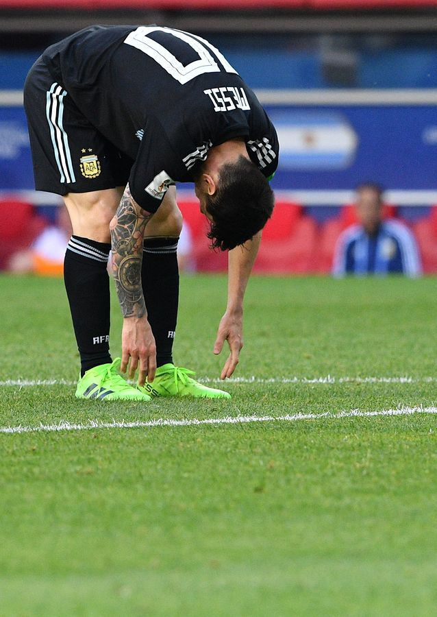 Argentina's forward Lionel Messi reacts during the Russia 2018 World Cup Group D football match between Argentina and Iceland at the Spartak Stadium in Moscow on June 16, 2018. / AFP PHOTO / Mladen ANTONOV / RESTRICTED TO EDITORIAL USE - NO MOBILE PUSH ALERTS/DOWNLOADS