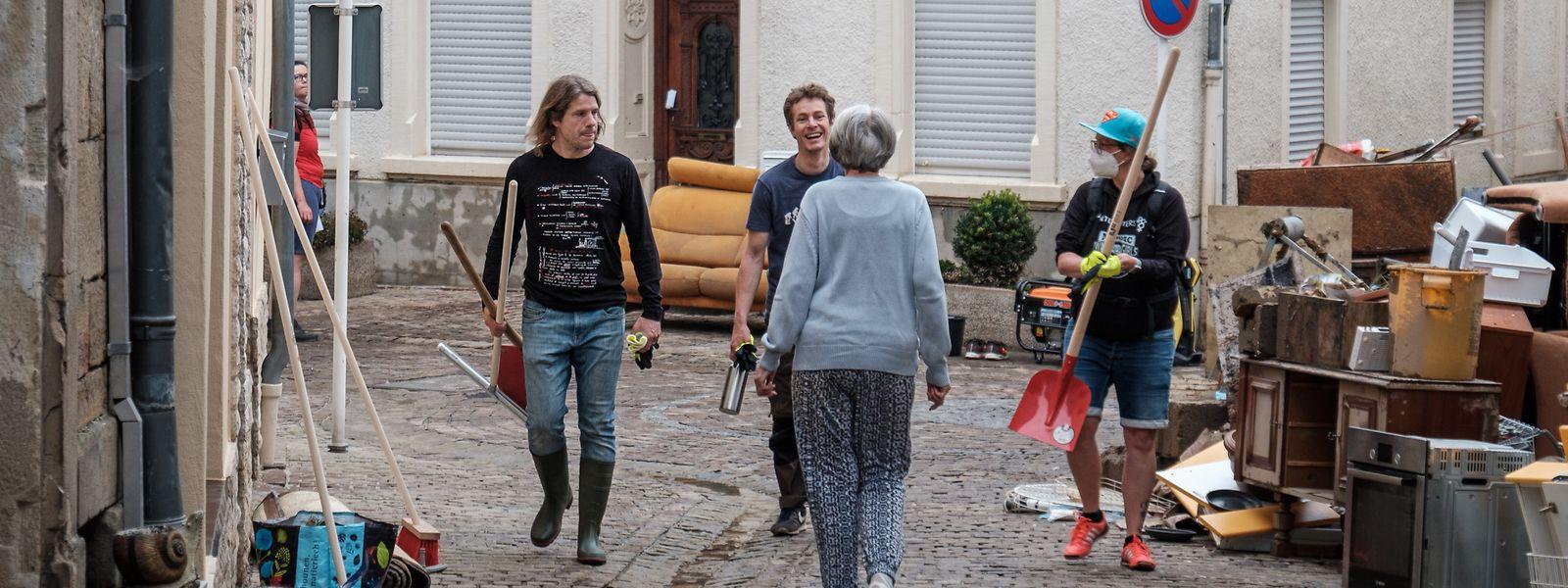 Freiwillige Helfer packen nach dem Hochwasser in Echternach mit an.