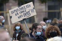 Milhares de franceses saíram às ruas em homenagem ao professor de história decapitado num atentado islâmico no fim de semana passado.