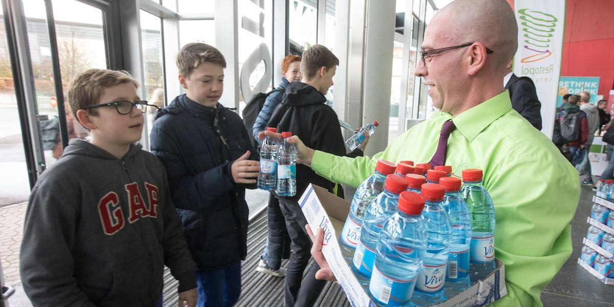 """Wenn gratis Wasserflaschen verteilt werden – wie gestern im """"Forum Geesseknäppchen"""" – greifen die Schüler beherzt zu. In den Kantinen und Cafeterias der Lyzeen gehen jedoch überwiegend Süßgetränke über die Ladentheken. Das soll sich in Zukunft ändern."""