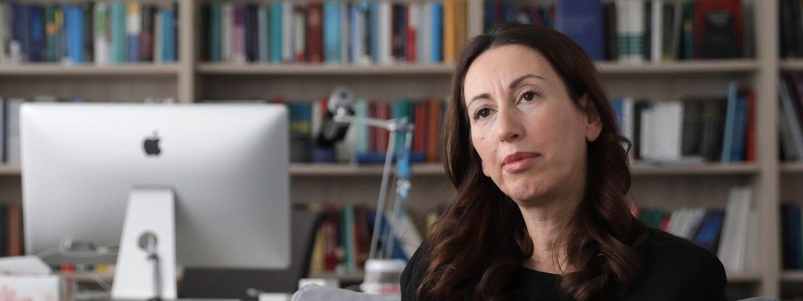 """""""Wir haben sehr gute Erfahrungen mit externen Partnern gemacht"""", sagt Prof. Dr. Katalin Ligeti, Dekanin der Fakultät für Recht, Wirtschaft und Finanzen (FDEF), beim Gespräch in ihrem Büro."""