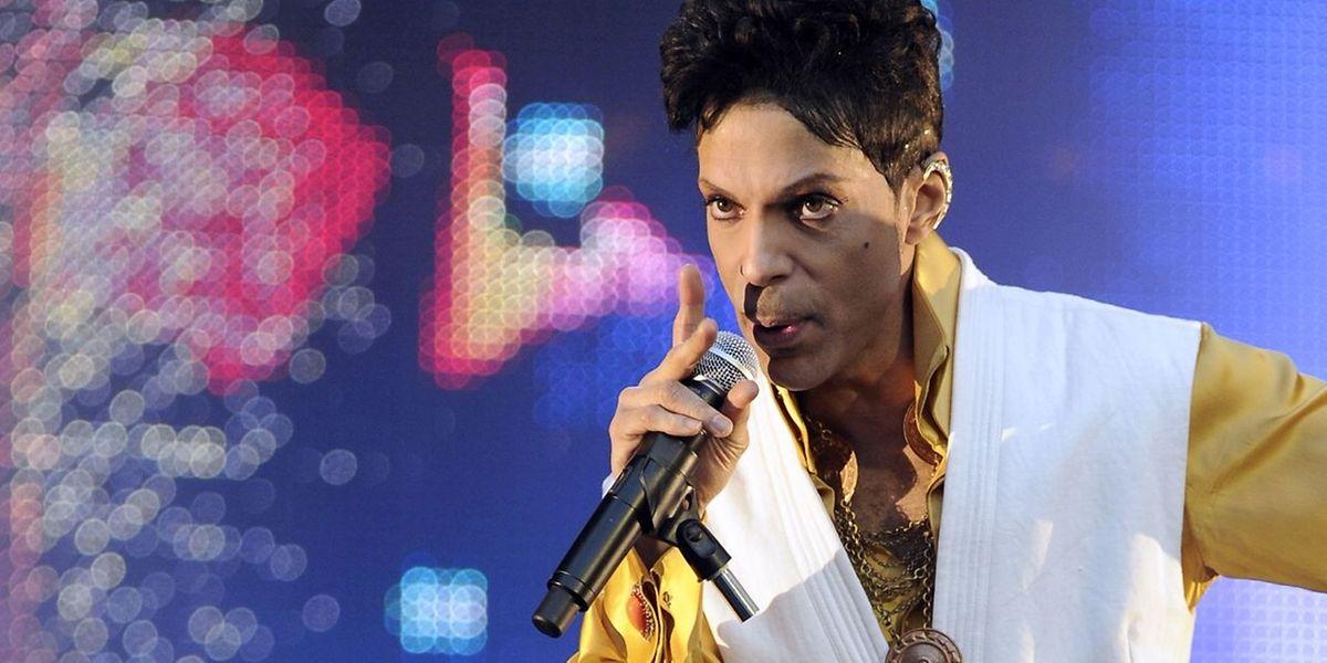 Prince fiel immer wieder durch seine gewagten Outfits auf.