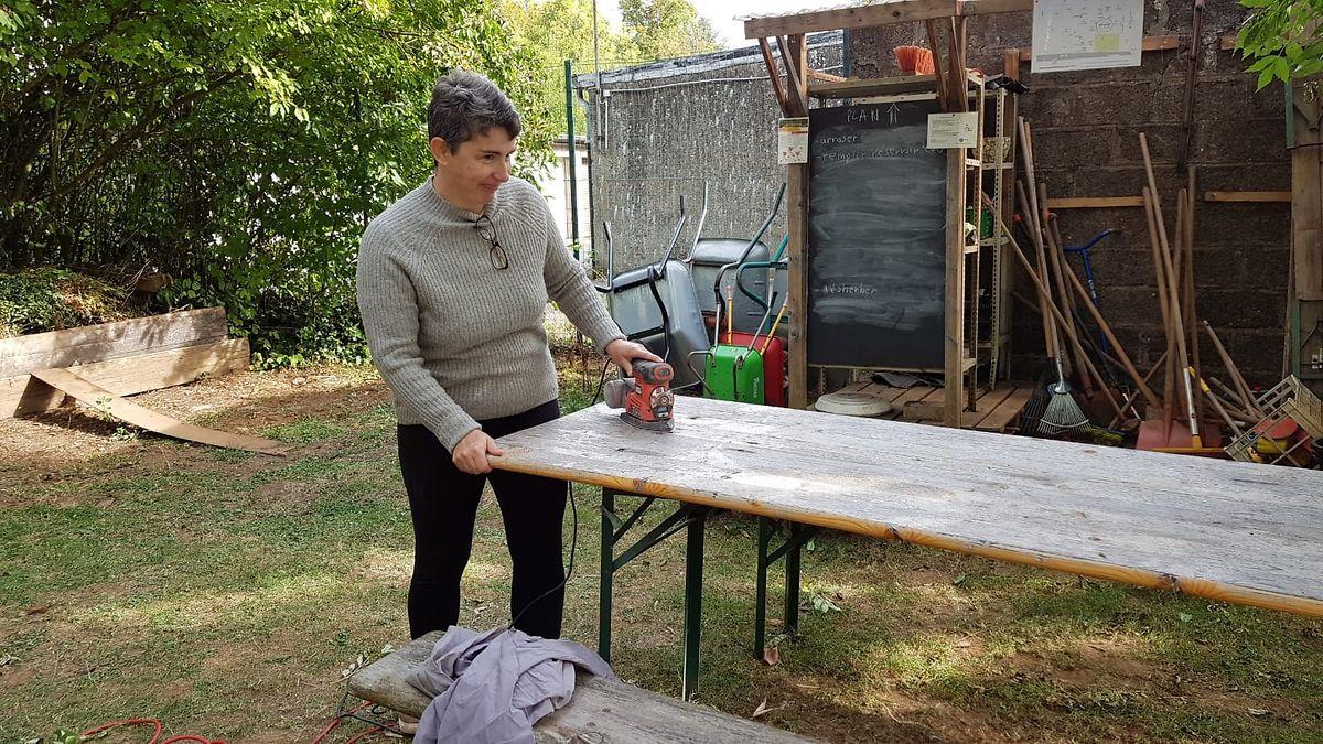 Virginie Parré poliert den Tisch im Gemeinschaftsgarten am Breedewee.