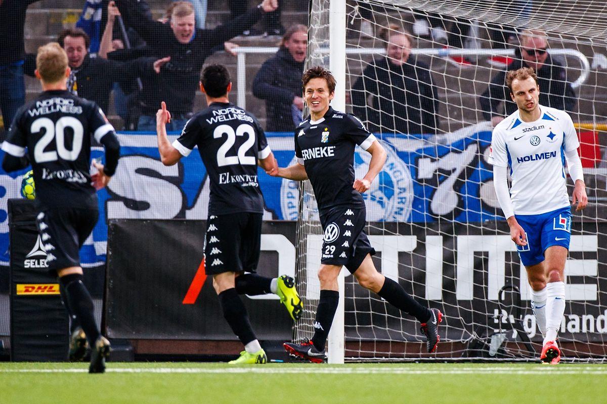 Lars Gerson (à dr., en blanc), la mine dépitée: Kharaishvili vient de faire 1-2 pour l'IFK Göteborg contre le cours du jeu