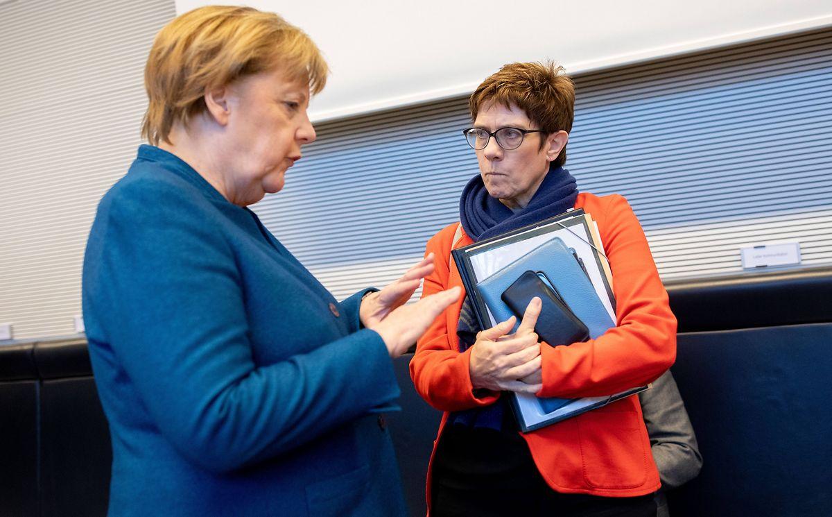 Angela Merkel und Annegret Kramp-Karrenbauer stellten sich hinter Jean-Claude Juncker.