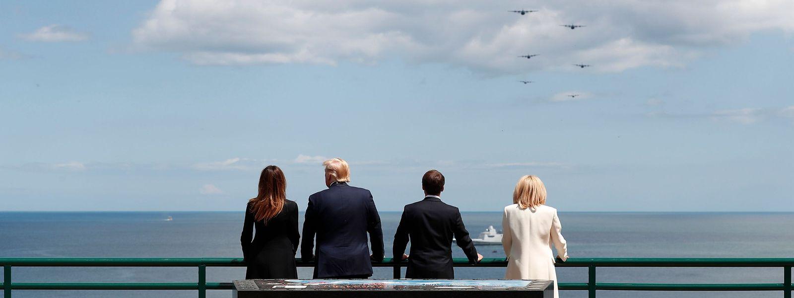 Die Trumps und Macrons am Strand von Colleville-sur-Mer, der 1944 als Omaha Beach in die Militärgeschichte einging.