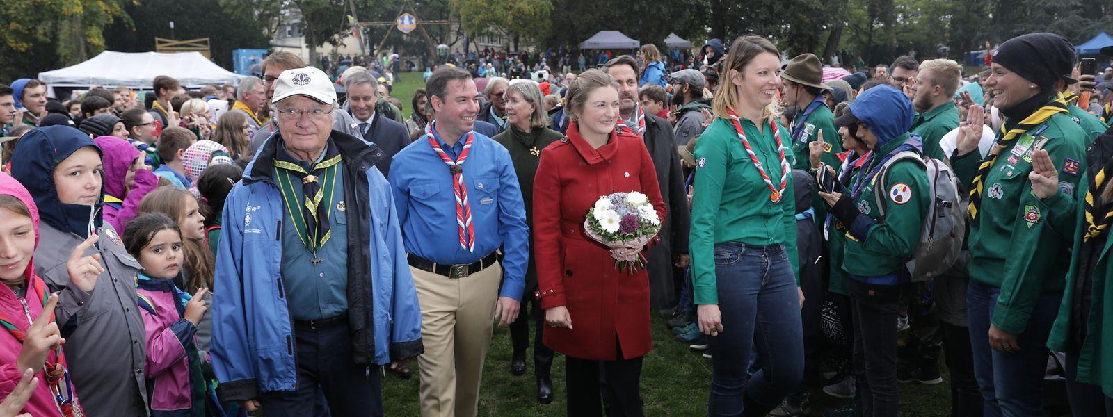 Erbgroßherzog Guillaume und Erbgroßherzogin Stéphanie am Freitag auf der Kinnekswiss. Auch der schwedische König Carl Gustaf, Ehrenvorsitzender der Fondation mondiale du Scoutisme, marschierte mit zur Ernennung.