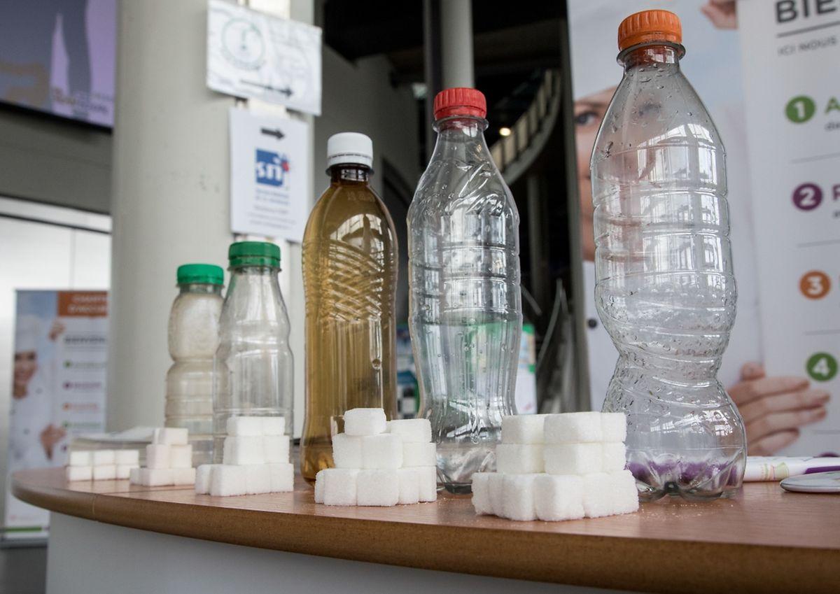Wie viel Zucker steckt in einer Flasche Limonade? Dies sollen die Schüler in den kommenden Tagen an Infoständen erfahren.