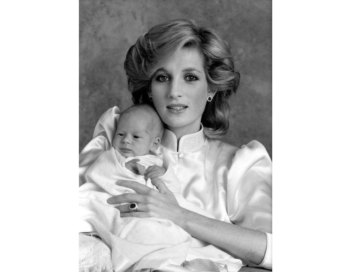 Prinzessin Diana auf diesem ersten offiziellen Foto mit ihrem zweiten Sohn.