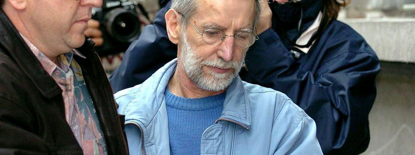 2004, Belgien, Dinant: Der französische Serienmörder Michel Fourniret (M) wird ins Gerichtsgebäude gebracht.