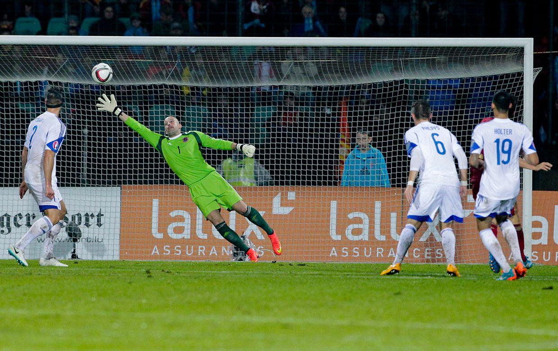 Luxemburgs Torwart Jonathan Joubert kassiert das 1:0 durch David Silva.