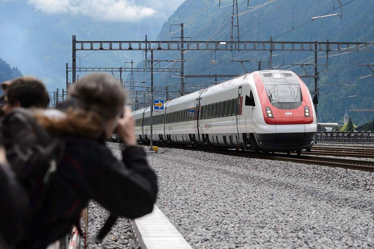 Schaulustige bestaunen einen der ersten Züge, der in die neue Röhre einfährt.