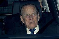 ARCHIV - 19.12.2018, Großbritannien, London: Prinz Philip, der Herzog von Edinburgh, verlässt nach dem Weihnachtsessen der Königin in einemFahrzeug den Buckingham Palace. Der Ehemann der Queen war am Donnerstagnachmittag (17.01.2019) in einen Verkehrsunfall verwickelt. Das teilte der Buckingham-Palast mit. Foto: Aaron Chown/PA Wire/dpa +++ dpa-Bildfunk +++
