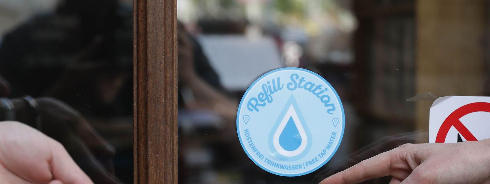 Der kleine Sticker zeigts: Hier kann man seine Wasserflasche kostenlos auffüllen.