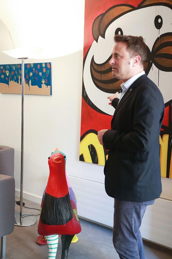 Der Staatsminister gab unter anderem Auskunft über die Kunstwerke in seinem Büro.