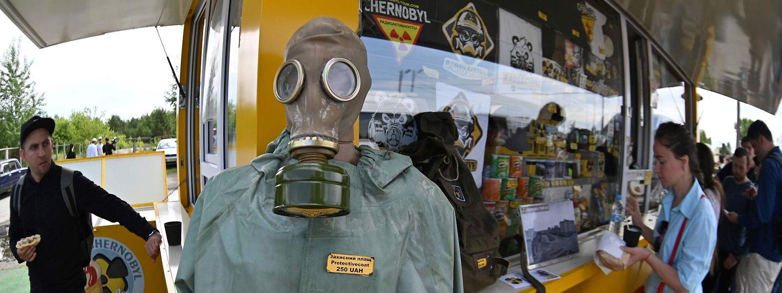 Visitantes compram snacks e recordações numa loja, após a visita guiada à zona de exclusão de Tchernobil.