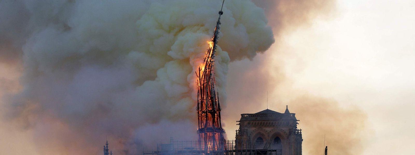 Die Turmspitze der Kathedrale brach bei dem Feuer im April 2019 in sich zusammen.