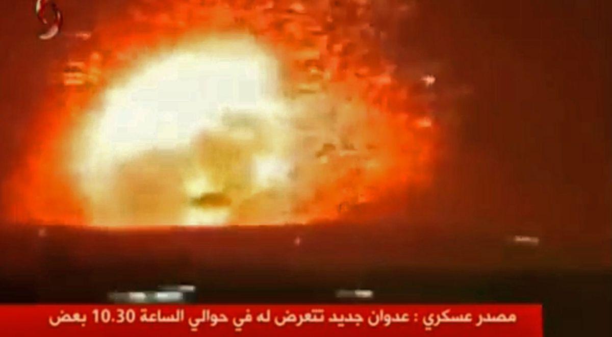 Bilder, die von dem syrischen Fernsehsender Al-Ekhbariya Al-Souriya ausgestrahlt wurden, zeigen angeblich Luftschläge gegen Ziele im Zentrum Syriens, bei denen 26 regimetreue Kämpfer zu Tode gekommen sein sollen.