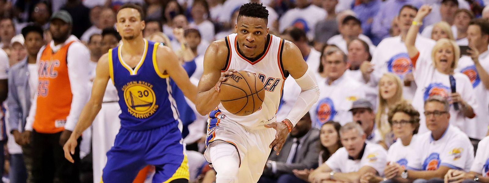 NIcht zu halten: Stephen Curry (hinten) muss Russell Westbrook (Oklahoma) ziehen lassen.