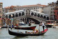 """ARCHIV - 27.05.2011, Italien, Venedig: Gondeln, Boote sowie ein Vaporetto fahren auf dem Canale Grande vor der Rialtobrücke. (Zu dpa """"Klimawandel bedroht Welterbe am Mittelmeer"""") Foto: Waltraud Grubitzsch/dpa-Zentralbild/dpa +++ dpa-Bildfunk +++"""