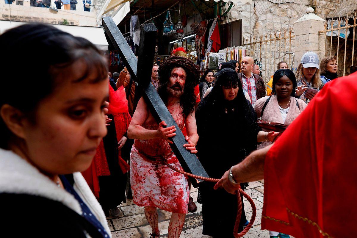 Am späten Vormittag führten die Franziskanermönche als Vertreter der katholischen Kirche Gläubige die Via Dolorosa zur Grabeskirche hinauf.