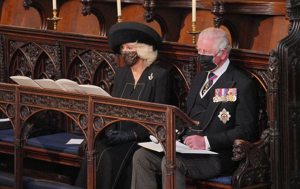 Camilla, Herzogin von Cornwall und Charles, Prinz von Wales, nehmen sitzen während der Trauerfeier in der St.-Georgs-Kapelle.
