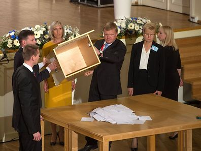 The ballot box is emptied on a table during the Estonian presidential elections in Tallinn, on September 24, 2016. Estonia's electoral college meets to choose a successor to two-term liberal President Toomas Hendrik Ilves after parliament failed to do so last month, with analysts insisting the race is still too close to call. / AFP PHOTO / RAIGO PAJULA