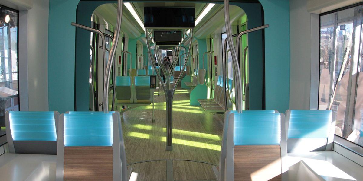 Großzügig, hell, freundlich: Das Interieur wartet mit frischen Farben sowie einem Boden und Sitzen im Holzlook auf. Die Rückenlehnen sind mit Leuchtdioden ausgestattet, die Sitze mit USB-Buchsen.