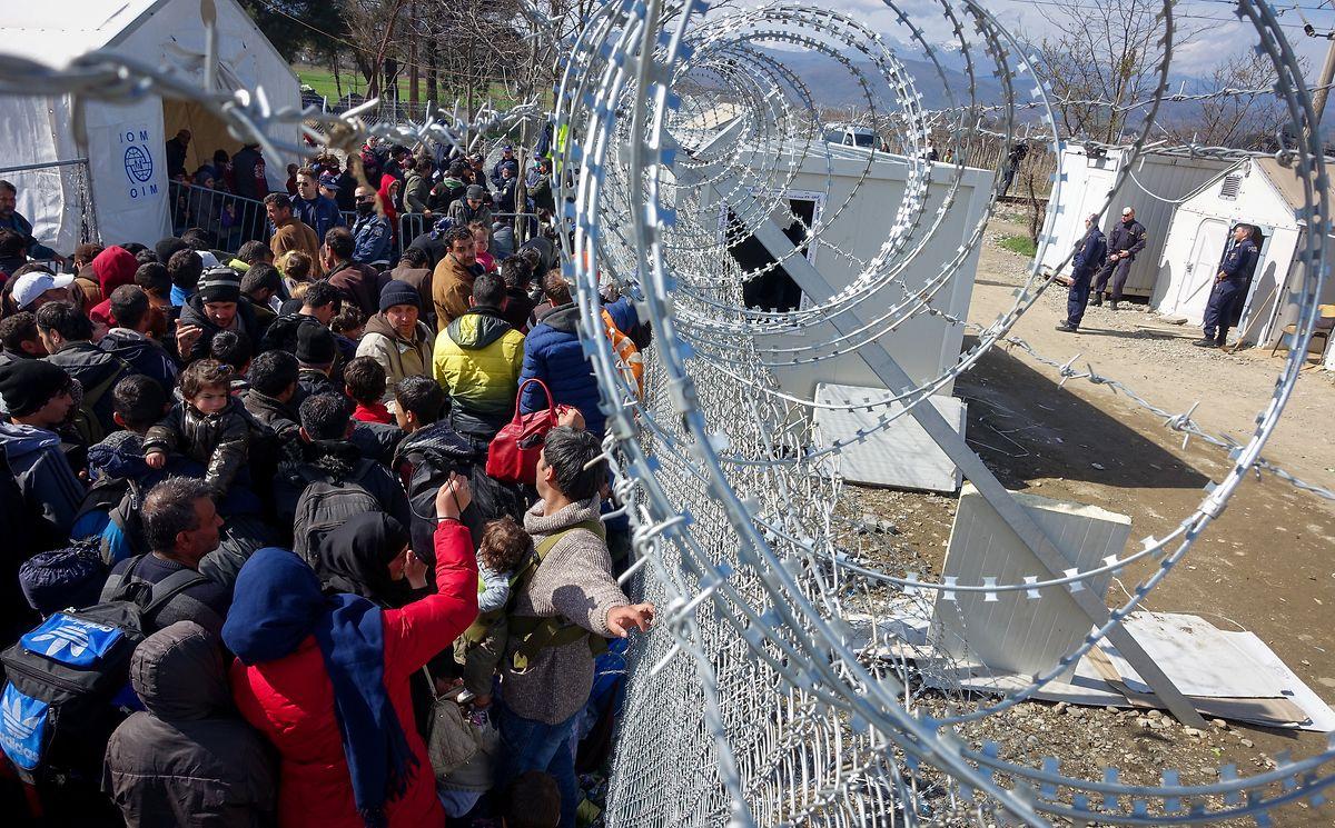 Feste Grenze? Der Grenzzaun zwischen Griechenland und Mazedonien im griechischen Idomeni ist mit Stacheldraht gesichert.