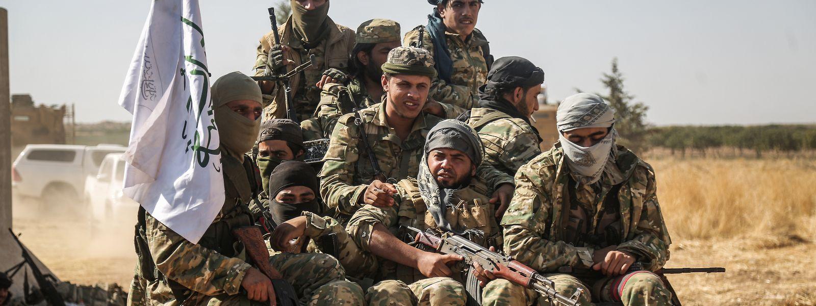 Von der Türkei unterstützte Rebellen der syrischen Nationalarmee fahren mit einem Pick-up nahe der Grenze zwischen Syrien und der Türkei.