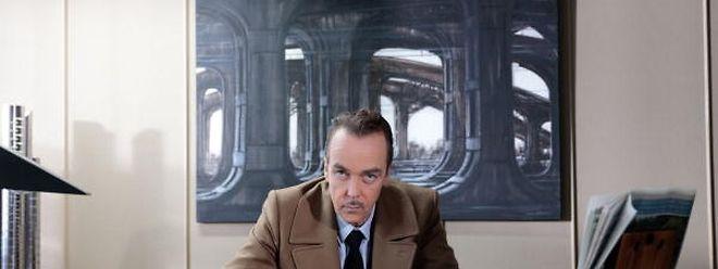 L'acteur britannique John Hannah joue le rôle d'un banquier plus ou moins fréquentable. ⋌