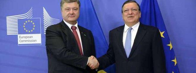 Le président ukrainien Petro Poroshenko serre la main du président de la Commission européenne, Jose Manuel Barroso