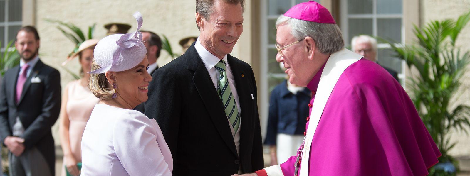Das großherzogliche Paar bei seiner Ankunft auf dem Parvis der Kathedrale.