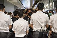 Sicherheitspersonal hindert Demonstranten daran, das Flughafen-Terminal zu betreten.