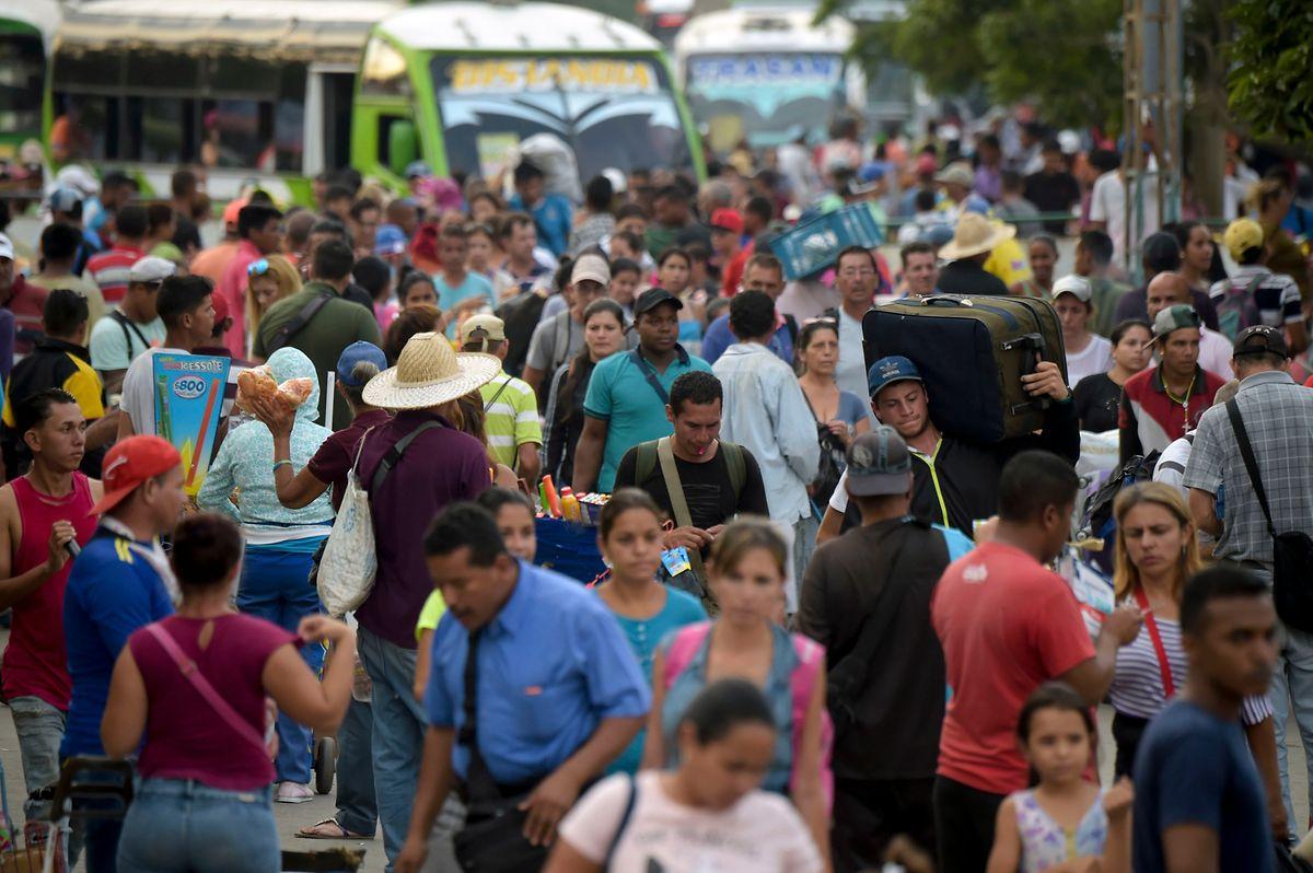 Pessoas atravessam a ponte internacional Símon Bolívar - a ponte que simboliza o desespero do êxodo venezuelano - deixando a Venezuela para entrar na Colômbia.