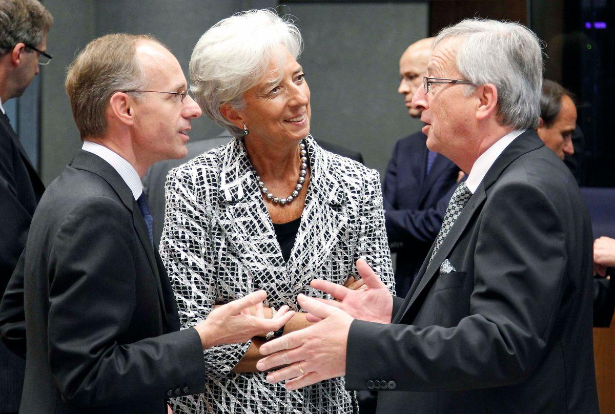 Réunion des ministres européens des Finances à Luxembourg le 21 juin 2012 pour discuter du plan de sauvetage de l'Espagne et de la Grèce : Christine Lagarde, alors directrice du FMI, s'entretient avec Jean-Claude Juncker (à droite), président de l'Eurogroupe, et Luc Frieden, ministre des Finances.