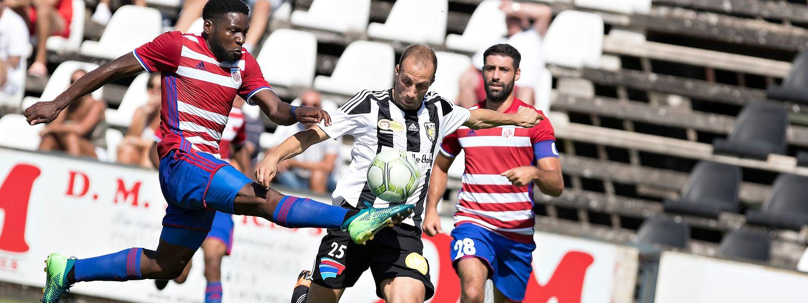 Omar Er Rafik (M.) hat sich mit der Escher Jeunesse gegen Fola, um Rodrigue Dikaba (l.) und Julien Klein (r.), durchgesetzt.