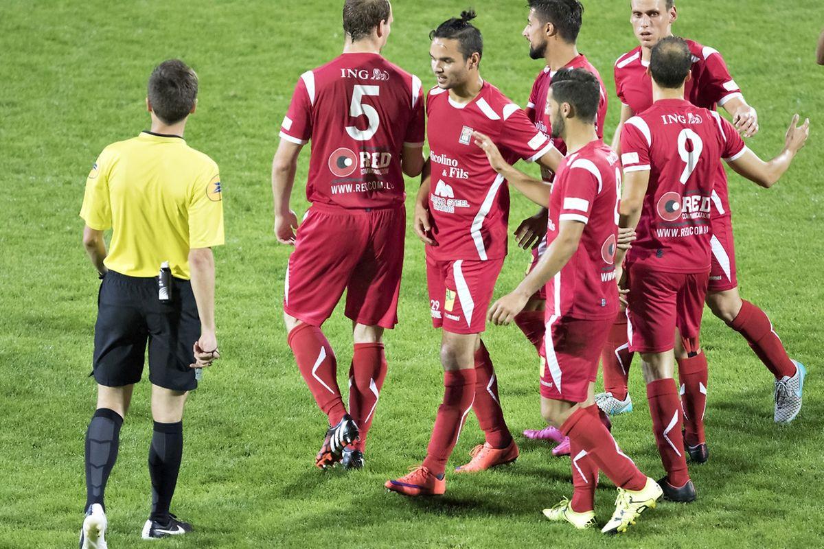 Les Differdangeois en pleine discussion. M.Orta ne s'est pas fait que des amis du côté du stade Municipal.