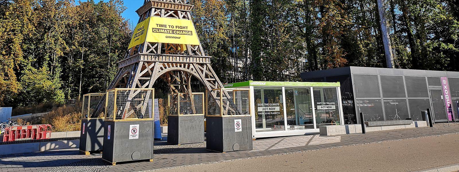 Die Miniatur des Eiffelturms soll an die Klimaziele des Pariser Abkommens erinnern.
