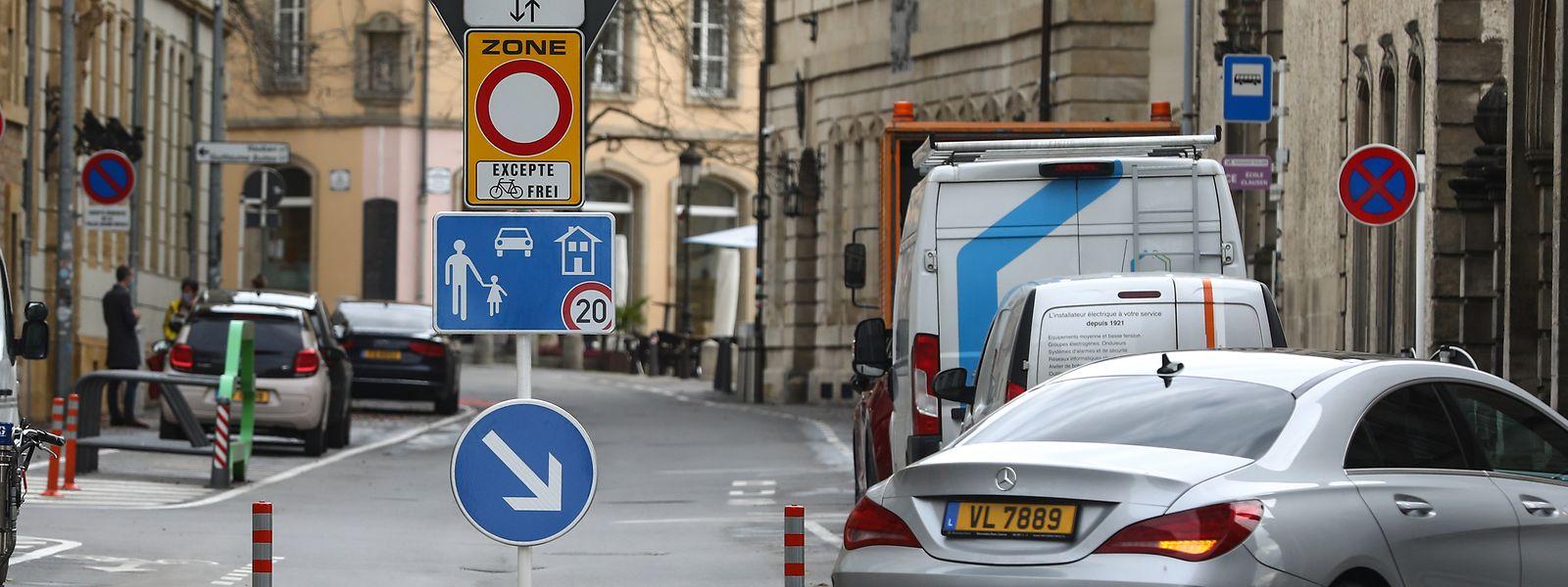 Hinweisschilder und eine kleine Verkehrsinsel zeigen: Die Rue du Fossé ist für den Durchgangsverkehr gesperrt.