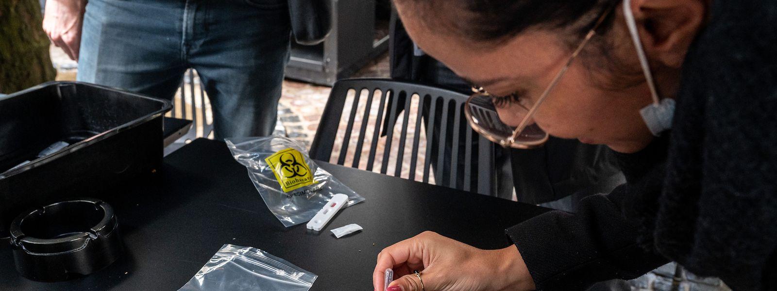 Gratis Schnelltests werden seit den neuen Covid-19 Regelungen vom 13. Juni nur noch bedingt eingesetzt, da Tische oft für vier Personen ausgelegt werden, die mittlerweile ungetestet zusammenkommen dürfen.