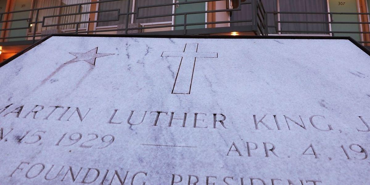 Eine Gedenktafel erinnert am Lorraine Motel in Memphis an jenen Tag, an dem Dr. Martin Luther King jr vor dem Zimmer 306 von Kugeln getroffen wurde.