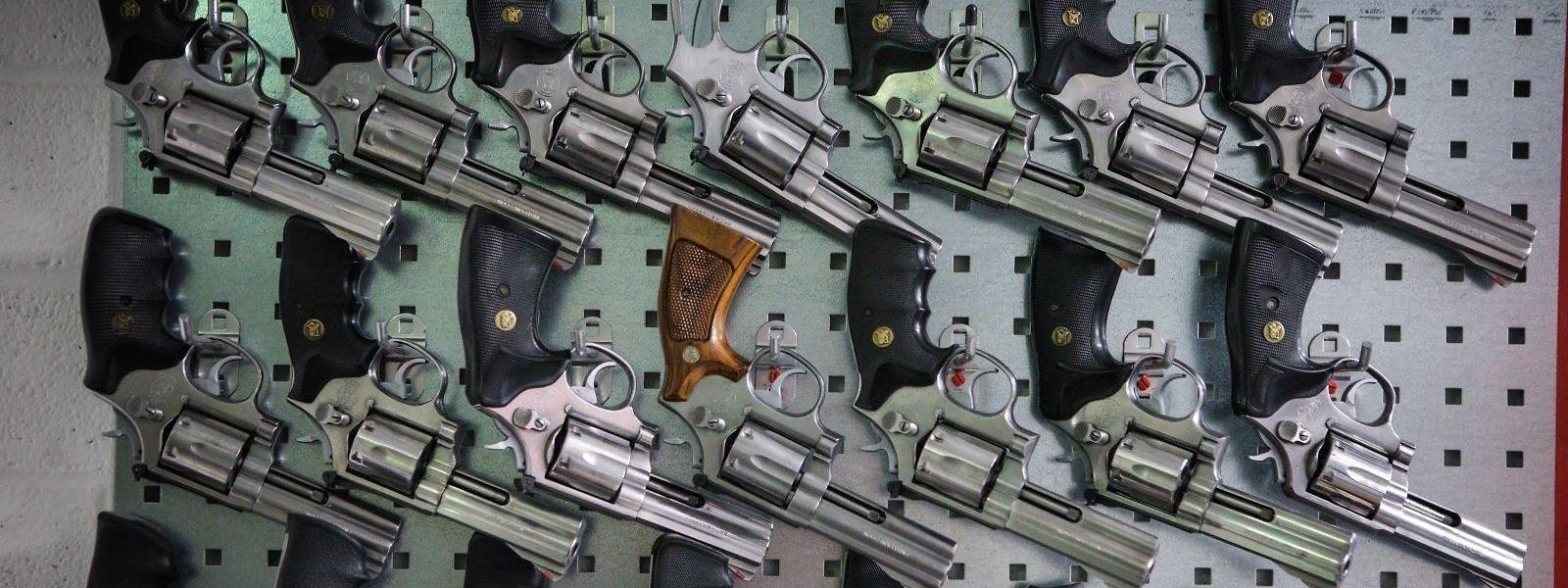 Die aus dem Verkehr gezogenen ehemaligen Dienstrevolver des Typs Smith & Wesson 686 in der Waffenmeisterei der Polizei.