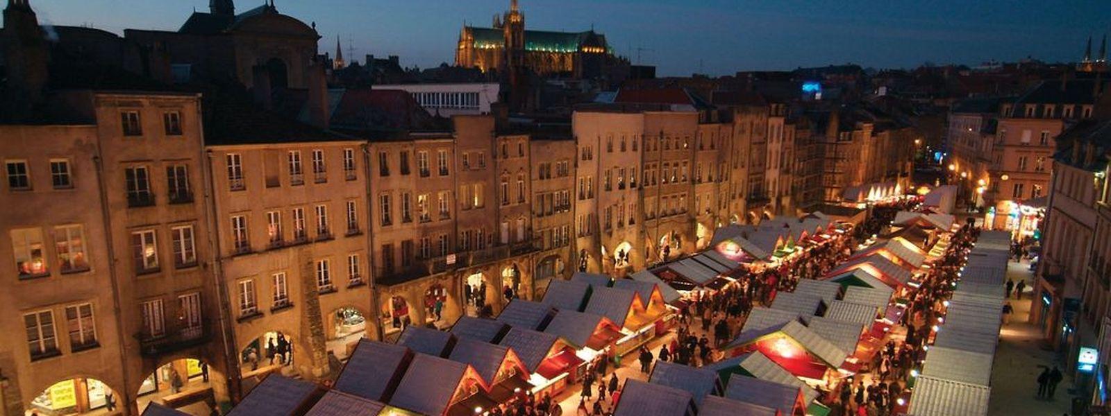 Une vue inhabituelle du Marché de Noël dans l'écrin de pierres naturelles de la Place Saint-Louis à Metz.
