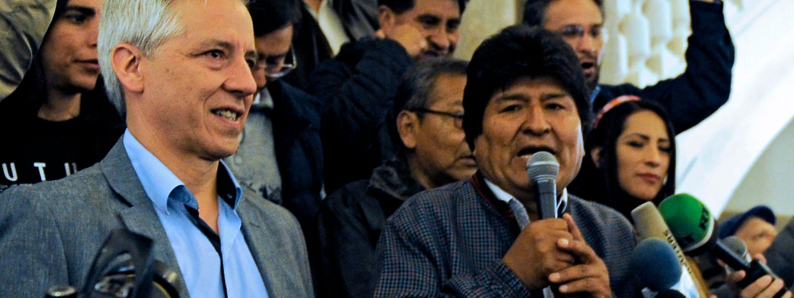 Der bolivianische Präsident Evo Morales (r., mit Vizepräsident Álvaro Marcelo García Linera) spricht nach Bekanntwerden von Teilergebnissen der Präsidentschaftswahl zu Anhängern.
