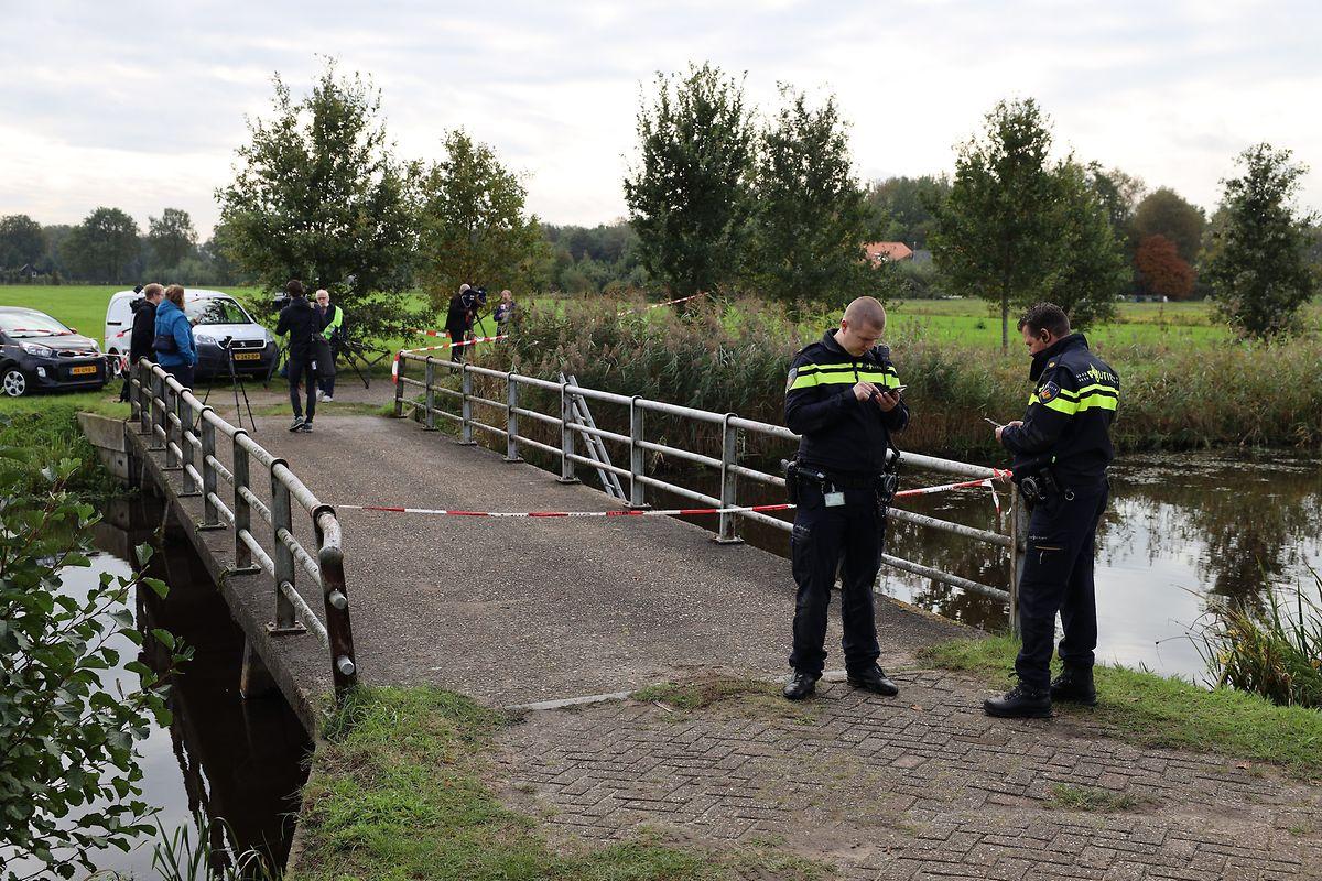 Polizisten stehen außerhalb des Bauernhofs in Ruinerwold.