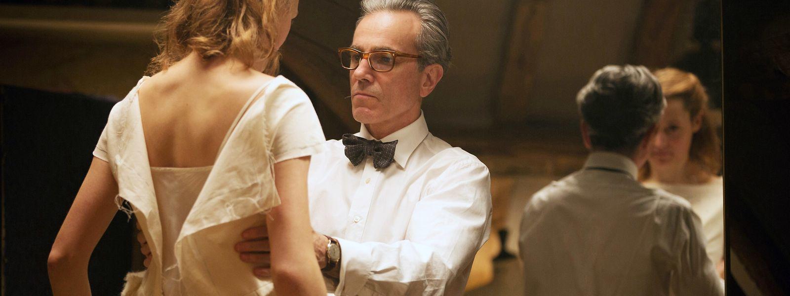 Daniel Day-Lewis a preparar um vestido para a noite dos Oscares.