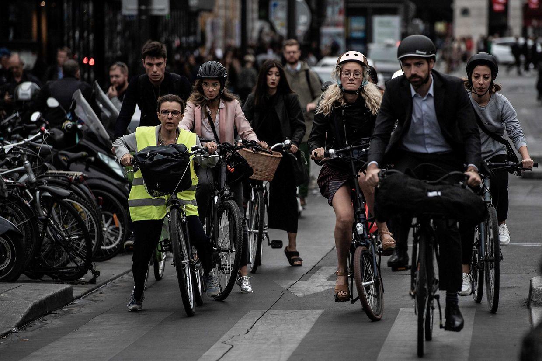 Der Streik hat weitere Auswirkungen auf den Verkehr in und um Paris. Menschen weichen aufs Fahrrad oder aufs Auto aus.