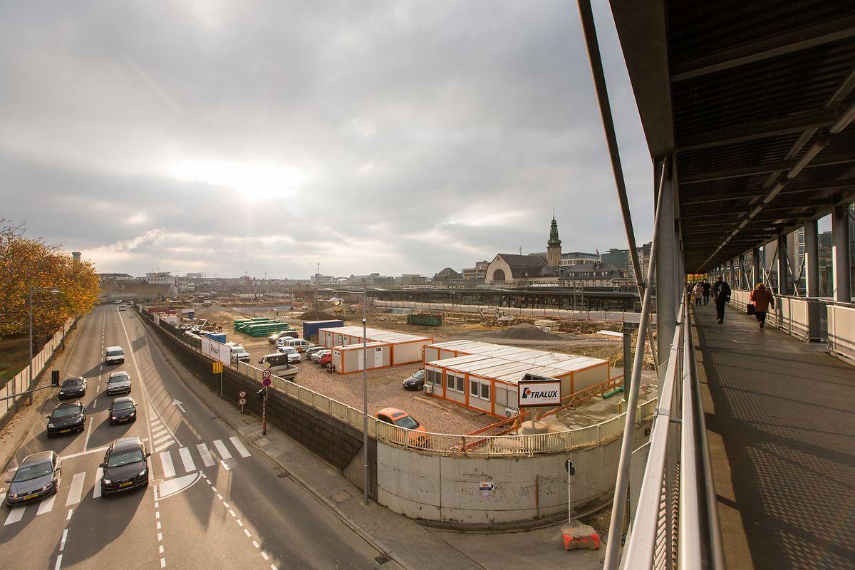 La passerelle provisoire, d'où l'on peut facilement voir le chantier, sera remplacée par une nouvelle passerelle. De là, les passagers auront accès à tous les quais.